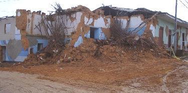 casa derrumbada por terremoto en Lamas Peru 2005